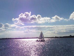 Segelboot im Oktober